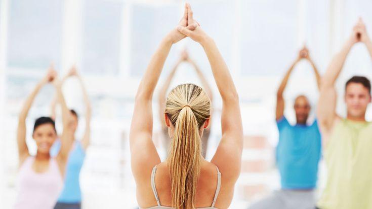 Dit zijn vijf basishoudingen van yoga. Je kunt ze achter elkaar uitvoeren en zo een verkorte versie doen van de Zonnegroet. De Zonnegroet is bedoeld om de dag op een positieve manier te beginnen. Doe er elke dag bijvoorbeeld een stuk of vijf.