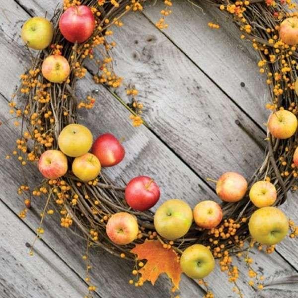Decorare casa in autunno: tante idee creative - Ghirlanda autunnale con le mele