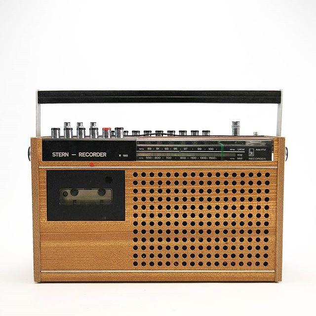 STERN RECORDER R 160: Rundfunkempfänger mit Mono-Kassettenrecorder und batteriebetreibbar. Hergestellt wurde der Klassiker in den Jahren 1973 bis 1980. STERN RECORDER R 160: Broadcast receiver with mono cassette recorder and possibility of usage with batteries. This classic was produced during 1973 to 1980.