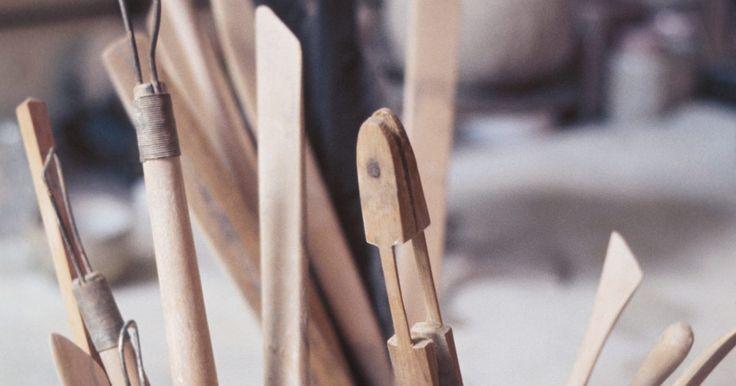Artesanato canadense tradicional. O artesanato canadense tradicional vem de um histórico de agricultura e silvicultura e de tradições das tribos nativas. Muitas dessas técnicas eram essenciais para a sobrevivência centenas de anos atrás e têm sido transmitidas por gerações, preservando sua forma artística. As habilidades de sobrevivência dos ancestrais viraram o artesanato do ...