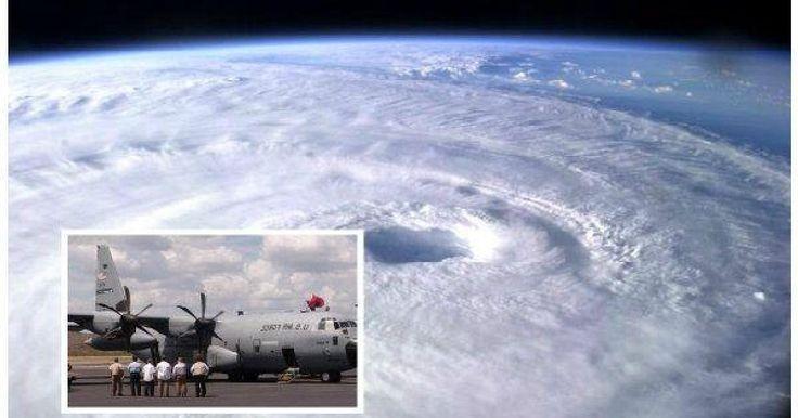 Un avión C-130, un cazahuracanes de la Fuerza Aérea de Estados Unidos piloteado por el capitán Chase Allen entró el pasado viernes al ojo del huracán 'Patricia' el cual media 17 kilómetros de largo. En el vídeo grabado por dicha tripulación desde el interior del avión se ve como de inmediato empiezan a sentir los estragos del huracán, empezando por la fuerte lluvia, turbulencia y la densa nubosidad.Explicaron que lo que vieron y sintieron estando dentro del ojo del huracán 'Patricia', nunca…