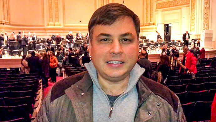 Только что закончился концерт симфонической музыки в Карнеги-холле. Сегодня я впервые попал сюда.  БИЛЕТ В КАРНЕГИ-ХОЛЛ  Мы были в Нью-Йорке уже с десяток раз, но у меня никогда не возникала мысль попасть в этот концертный зал. Я проходил мимо огромное количество раз, и вот наш друг Исаак Гельбинович предложил: «Почему бы нам не пойти в Карнеги-холл?»  Произошло это в одиннадцать часов вечера, все уже было закрыто, но охранники еще были на работе. Мы узнали, где находится билетная касса…