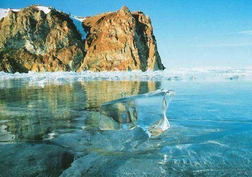 Lago Baikal, Sur de Siberia en Rusia,  cuyo significado es 'lago rico'. Este apelativo se debe a la gran biodiversidad que habita en él, con más de mil especies de plantas y otras mil quinientas de animales, de las cuales, muchas de ellas son endémicas.