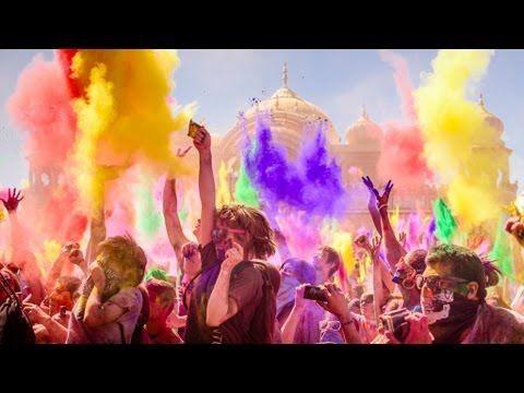 """2013年インドの奇祭、色の祭典""""ホーリー""""  ホーリー祭(Holi)とは、インドやネパールのヒンドゥー教の春祭り。春の訪れを祝い、誰彼無く色粉を塗りあったり色水を掛け合ったりして祝う。"""
