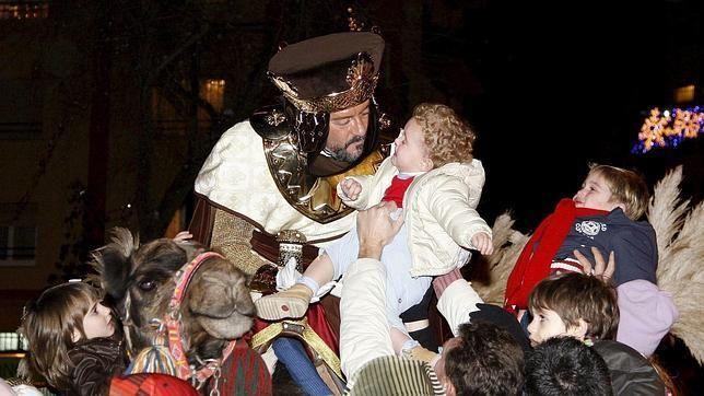 La CABALGATA DE LOS REYES MAGOS es un desfile de carrozas típico, en las ciudades españolas, andorranas, checas y polacas, en algunas mexicanas y portuguesas, en el que Melchor, Gaspar y Baltasar junto a sus pajes y ayudantes lanzan caramelos a los niños que les observan desde la calle en la tarde/noche del 5 de enero. La más antigua es la de Alcoy (Alicante) que ha cumplido 128 años. #Bbtk #Navidad