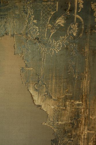 distressed silk wall panels at Warwick Castle. / texture / textile / mur / végétal / or