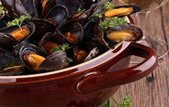Encore une recette bretonne qui fait fureur dans les restaurants bretons toute l'année : les moules marinières. La recette classique, rapide, facile et conviviale !