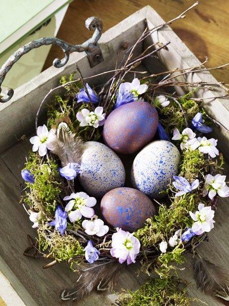 Schnell selbstgemacht: Das kleine Nest aus Zweigen und Moos lässt sich aber auch als Osterkörbchen verwenden!