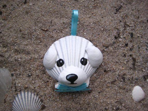 Ornement de Bichon frisé. Ornement de chien coquillage peint à la main. Plage, nautique, Cap cod chien art.