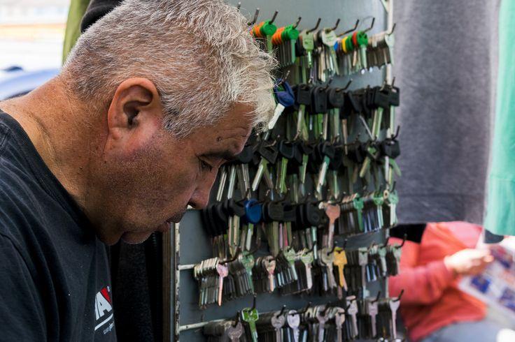https://flic.kr/p/UNRYwu | Valparaíso109 | Copiador de llaves en feria dominical, Valparaíso, Chile. D5300.