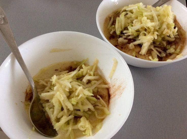 Jahelná kaše s medem, skořicí, vlašskoořechovým olejem a jablkem