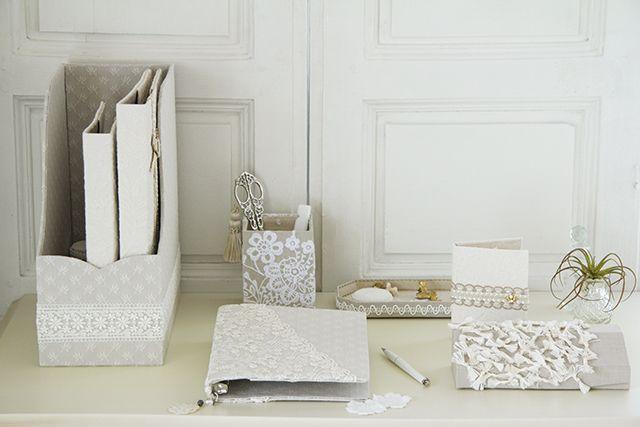 デスクまわりのホワイトエレガントなステーショナリー、「無印良品」の2種類のバインダーをカルトナージュする方法をご紹介します。自分好みの布でカバーすれば、愛着もひとしおです。