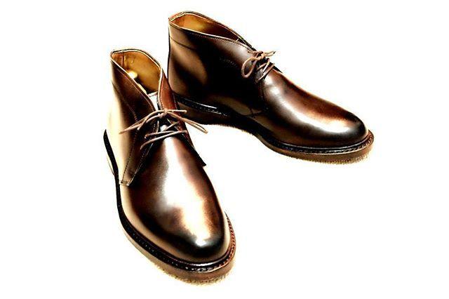 """2017/11/16 22:37:34 t.shiina.munchen われわれ靴好きは、すべての場面をいい靴で乗り切りたいものです。  ただ、""""革靴の顔""""がどうしてもマッチしない場面が多々あります。ドライブがてら、テーマパークに行こう。アクアパークでイルカショーを見よう。国立公園で散歩したあと、カジュアルなカフェでミルクティーを飲もう。  お出かけコースがいつも骨董通りやミッドタウンなら、シャツにジャケット、クラシカルなチノでいいのです。それなら、足元は""""革靴の顔""""でいい。  しかし、アクアパークやテーマパーク、国立公園では、ある種の「決めてないよ」感が求められる。  そこでは例えば、白無地のカットソーにアウター、apcのデニム、といったコーデが良い。すると、足元には""""革靴の顔""""はベストではない。  そこで、ドレッシーにならず見た目もシンプルなブーツがいいのです。  白無地のカットソーにアウター、apcのデニム。足元にこのブーツ。 「気にしてないよ」感が、洗練を生むでしょう。  #1円出品URLはプロフに #革靴 #靴 #靴磨き #足元くらぶ #足元くら部 #あしもと倶楽部…"""