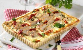 Bjud på en matig paj med kyckling, fetaost, spenat och soltorkad tomat! Gott, mättande och festligt.