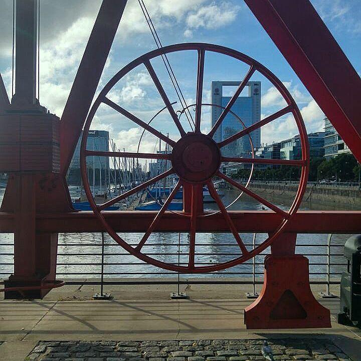 Maquinaria portuaria desde la década de1880 contrastando con las nuevas construcciones de la ciudad #GrúaDeLa Administración #ICBC #riodarsenasur #puertomadero #turisteandobsas #ba #argentina  #turismo