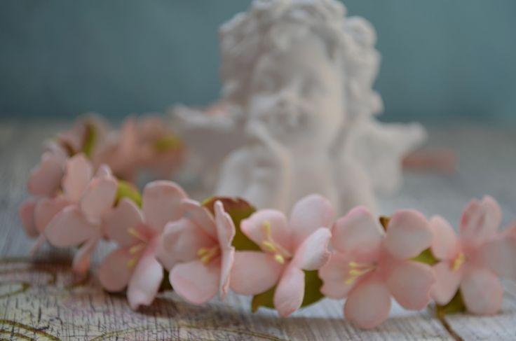 Нежный и романтичный образ с цветочными аксессуарами!  Материал цветов пластичная замша, приятная на ощупь.  Цветы из нее получаются реалистичными и радуют свою обладательницу, очень долгий период. ...