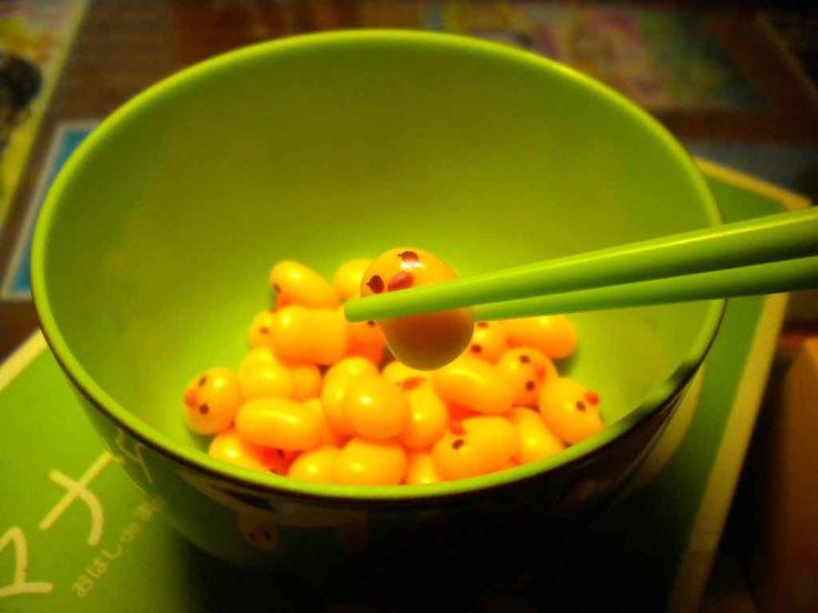 筷子,作為中國飲食文化的內容之一,早在唐以前就傳到了亞洲各國,特別是東南亞。韓國從1995年下半年起,在小學一年級開設了「筷子課」,並向教師提出了「讓孩子們用筷子夾豆子」的教學方法。風格獨具的中國筷子,已成了國際友人來華訪問前的「必修課」。 1972年,美國總統尼克松訪華期間,其用筷的嫻熟,成為記者的一個熱門新聞。裡根和夫人訪華前,儘管花功夫練習用筷,但在國宴上,仍被魚丸子給難住了。世界拳王阿里1985年5月訪華時,因不會用筷子,顯得尷尬而又好笑。現在,全世界有15億以上的人使用筷子,足見中國人發明的筷子,已成了當今世界風格獨具的重要餐具。