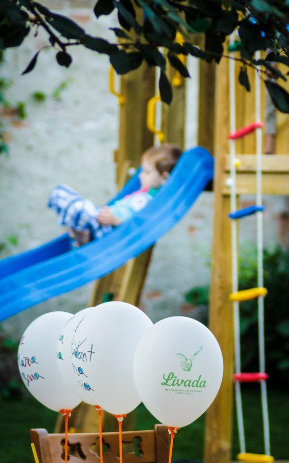Copilașii sunt tratați ca niște musafiri importanți la noi! Pe lângă locul de joacă special amenajat pentru ei, mai avem și baloane sau desene de colorat. Să nu uităm de sucurile de fructe proaspete și mâncărica ușoară și sănătoasă. Deci, cu mic, cu mare, poftiți în Livadă!