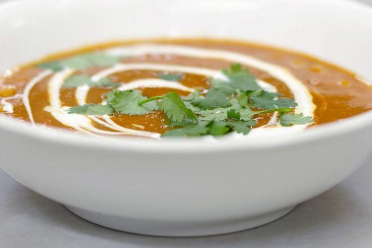 Linzen staan al duizenden jaren op het menu en verrassend genoeg zijn ze stilaan aan een comeback bezig. De gedroogde peulvruchtjes bestaan in diverse kleurenvarianten, maar één ding hebben ze gemeen: ze bevatten veel voedzame koolhydraten. Eet ze als vervanger voor aardappelen, rijst of pasta of maak er een soep van. Voor deze bereiding gebruikt Jeroen rode linzen en een flinke portie specerijen om de soep een eigen karakter te geven. Kikkererwten geven wat