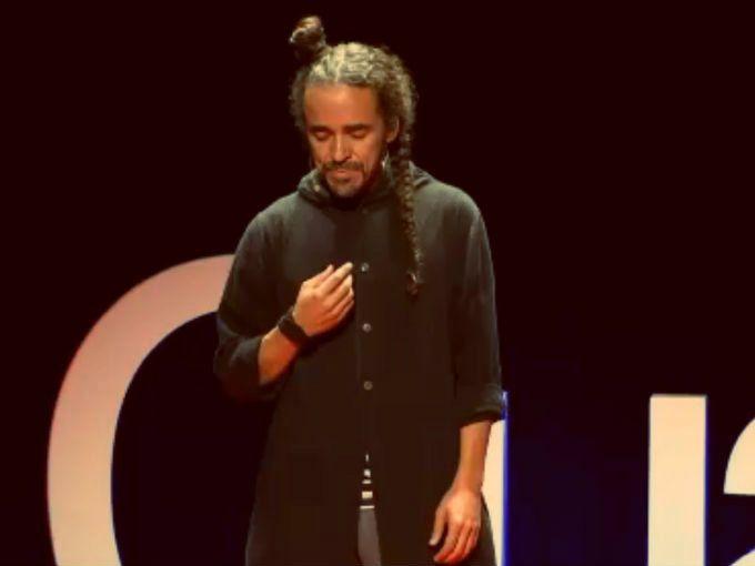 Las TED Talks son charlas en las que una persona transmite su conocimiento en 18 minutos o menos a los asistentes y a la comunidad de Internet. En estos eventos los ponentes donan su tiempo e ideas pues el objetivo principal es demostrar el poder transformador de la comunicación.El domingo pasado, se llevó a cabo una TEDxCuauhtémoc (de forma independiente) en el Teatro de la Ciudad Esperanza Iris y se contó con la presencia de muchos mexicanos destacados. Estas son algunas de las frases más…