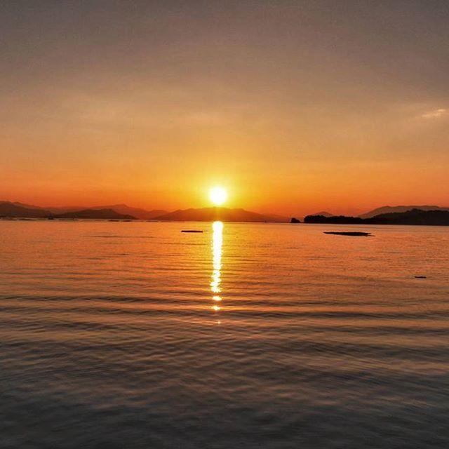 【nandaimontodaiji】さんのInstagramをピンしています。 《Daya221 あさのウォーキング🚶 穏やかな海…おはようサン☀️ #朝の風景 #朝日 #朝焼け #朝焼けの空 #海 #空 #雲 #宮島 #厳島 #世界遺産 #瀬戸内 #瀬戸内海 #瀬戸の島々 #ウォーキング #太陽 #赤 #暁 #morningsun #raisingsun #morninglandscape #morningglory #sea #sky #miyajima #miyajimaisland #setouchi》