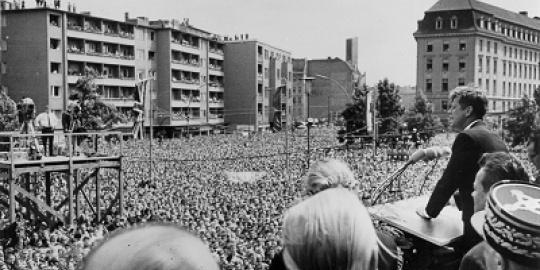 Erinnern Sie sich an den Besuch John F. Kennedys in Berlin? Dann erzählen Sie Ihre ganz persönlichen Erlebnisse an diesen Tag und lassen Sie nachfolgende Generationen, die den Berlinbesuch des US-Präsidenten nur noch aus Filmen und Tondokumenten kennen, daran teilhaben. Schicken Sie uns Ihre Erinnerungen und Fotografien, die an diesem 26. Juni 1963 entstanden sind an folgende Adresse: Der Regierende Bürgermeister von Berlin Senatskanzlei – II A - Jüdenstr. 1 10178 Berlin