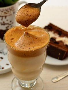 Kawa frappe – mrożona kawa po grecku  Składniki i przygotowanie  Do wysokiego naczynia wsypać kawę rozpuszczalną ok. łyżki na osobę, dodać cukier - mniej więcej tyle co kawy i tyle zimnej wody, by zakryła sypkie składniki.  Mieszankę ubijać mikserem na najwyższych obrotach do uzyskania gęstej, sztywnej piany.  Następnie pianę przełożyć do szklanki/szklanek i delikatnie wlać do niej zimne mleko lub zimną wodę ewentualnie zimne mleko z wodą w zależności na jaką kawę mamy ochotę.