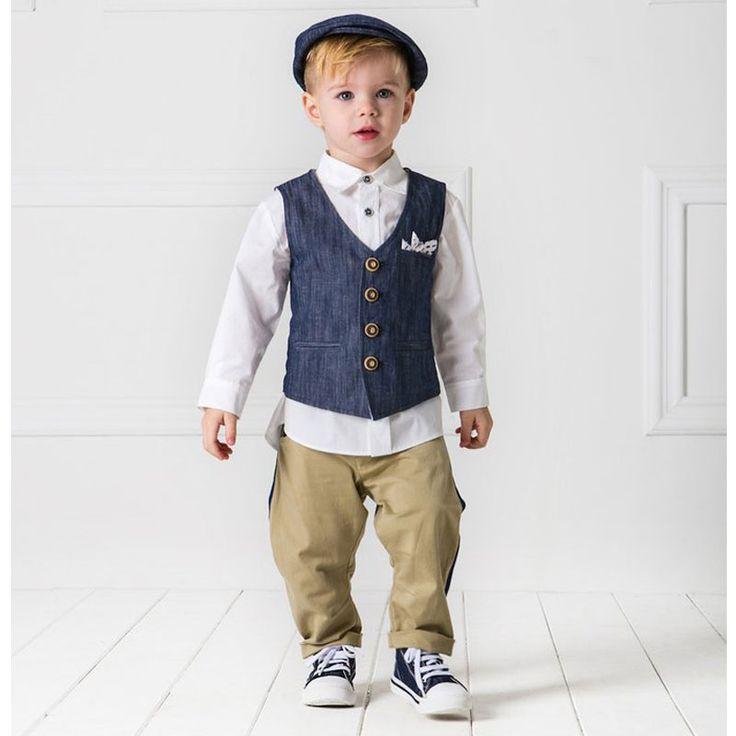 To Κουστούμι Tullio της Cat in the Hat είναι μια treddy πρόταση αποτελούμενο από βαμβακερό παντελόνι σε σπορ σικ γραμμή συνδυασμένο με πουκάμισο από λευκή βαμβακερή ποπλίνα. Το γιλέκο (λινό και βαμβάκι) με τα ιδιαίτερα κουμπιά και το κομψό μαντηλάκι με τα κεντημένα μοτίβα συμπληρώνουν το σύνολο. Το σετ αποτελείται από 6 τεμάχια (παντελόνι, πουκάμισο, γιλέκο, μαντηλάκι, τραγιάσκα και φουλάρι). Μία εξαιρετική επιλογή βαπτιστικού ρούχο από την ανανεωμένη νέα συλλογή για Άνοιξη και Καλοκαίρι…