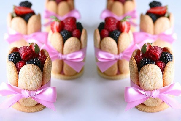 Receita Mini Torta de Frutas feita com bolacha champanhe, mousse e frutas vermelhas.