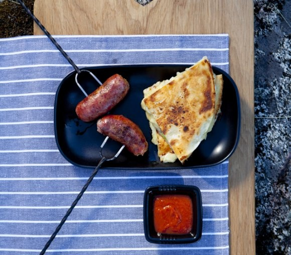 Chorizo med barbequesås och färskpotatisquesadilla | Recept.se