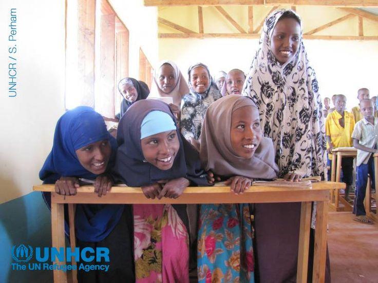 """Il #Kenya è uno dei paesi che ospita più #rifugiati al mondo. Il maggiore centro di accoglienza è il complesso di Dadaab nel nord est del Paese. Proprio qui che ha preso vita il progetto """"Istruzione in campo"""", per supportare l'accesso all'#istruzione dei bambini che vi abitano. Per maggiori informazioni sui progetti #UNHCR: http://www.unhcr.it/news/dir/42/view/1153/in-campo-per-dadaab-istruzione-115300.html"""
