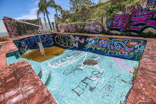 The Abandoned Brisbane, graffitied  Swimming pool was a unique discovery. There where many graffiti pieces/murals, dating back many years!