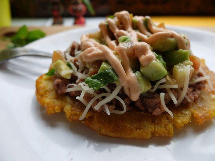 Patacón con carne picada y pico de gallo, sabor latino