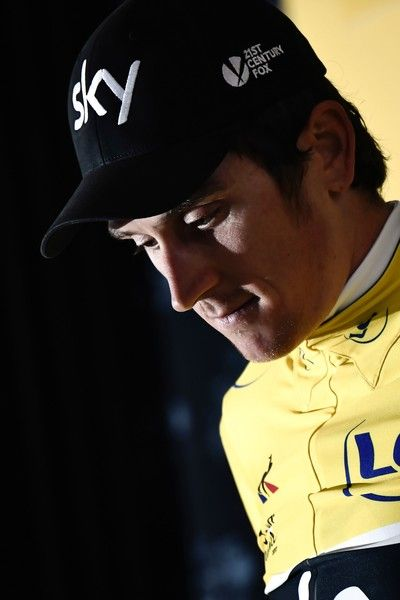 Great Britain's Geraint Thomas celebrates his overall leader yellow jersey on the podium at the end of a 14 km individual time-trial, the first stage of the 104th edition of the Tour de France cycling race on July 1, 2017 in and around Dusseldorf, Germany. / AFP PHOTO / Jeff PACHOUD