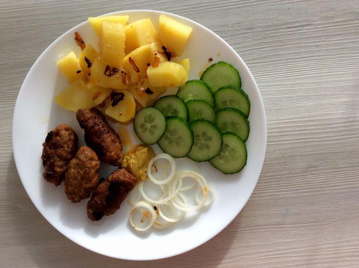 Čevabčiči (mleté vepřové maso, mletá sladká paprika, cibule), brambory, okurky, cibule