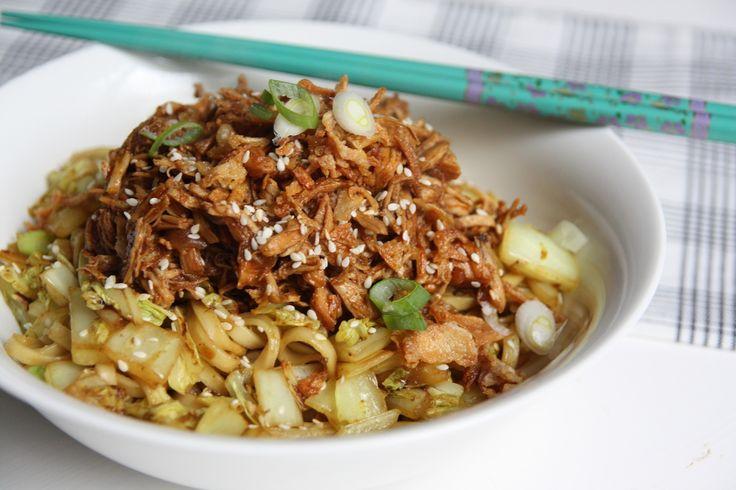Trek in een stevige maaltijd met noodles, groenten en kip? Dan is dit recept met roerbak noodles, Chinese kool en cola kip echt een aanrader!