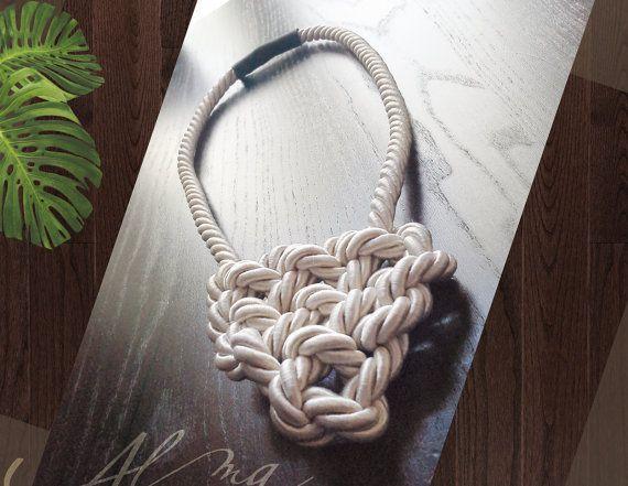 Collana cuore celtico bianco panna di AlmaLadra su Etsy
