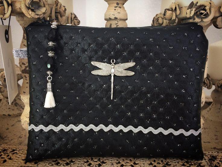 #pochette #vintage 15€ #createur #faitmain #handmade #madeinFrance #fashion #artisanat #Biarritz #shopping #mode Petite poche de sac pour femme réalisée en toile enduite noire agrémentée au centre d'une libellule en métal coloris argenté agrémenté d'un ruban en organdi blanc, l'intérieur est doublée d'un tissu coloris lin.  La fermeture éclair est ornée d'une breloque composée de perles en cristal noir se terminant par un pompon blanc.  Vous y glisserez aisément vos petites affaires pour…