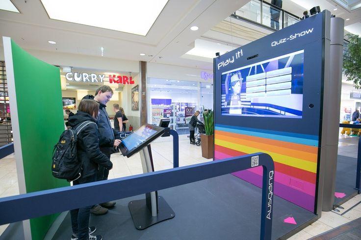 Besucher spielen eifrig mit dem Play it Spiele-Modul im Limbecker Platz #LimbeckerPlatz #Essen #Center #Playit #Spiele #Einkaufszentrum