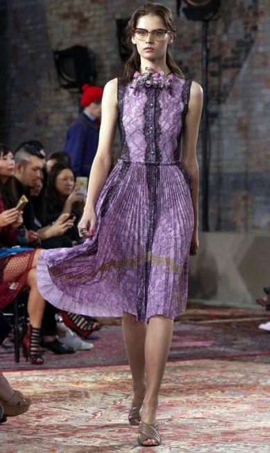 Olha o balanço dessa saia! Rendas, plissado e movimento, elementos de um look feminino que agrada as românticas. Look da Gucci Resort 2016 Richard Drew / AP