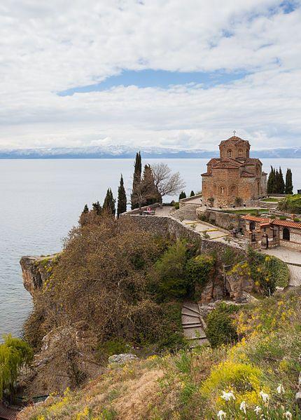 La splendida posizione della chiesa di San Giovanni a Caneo sul lago Ohrid ( Macedonia ) La città di Ocrida ( in italiano ) divenne in età medievale uno dei centri culturali, religiosi e artistici più importanti della Penisola Balcanica e dell'Europa slava. Nel 1979 la città e il suo lago vennero inclusi dall'UNESCO nella lista dei Patrimoni dell'umanità.