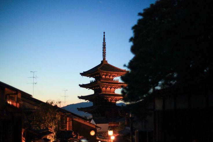 夕暮れの八坂の塔マジックアワーでした #kyoto #goju #photo #sky #tower #castle #higashiyama #trip #travel #kyototrip #ninenzaka #kyotostyle  #京都 #五重塔 #東山 #空 #坂 #雲 #塔 #聖徳太子 #旅 #旅行 #京都旅行 #アラビカコーヒー #カフェ #マジックアワー
