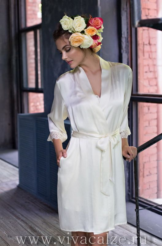 15113 Кимоно  Состав: 100% натуральный шелк  Коллекция KRISTY.  Короткий халат Mia-Mia прямого силуэта выполнен из натурального шелка.
