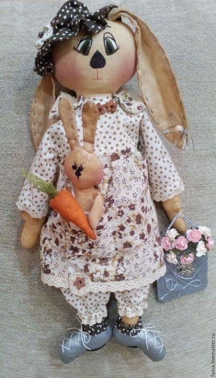 """Зайчиха мама с букетом цветов в сумке и """"прожорливый"""" зайчонок с морковкой, уместившейся в кармане платья мамочки смастерены с любовью и нежностью в технике чердачной куклы (основа фигурок пропитана кофейным раствором ). Ручная работа"""