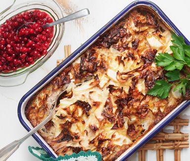 Ett smakrikt recept på klassisk kålpudding. Du gör puddingen av bland annat grötris, vitkål, mjölk, sirap, lök, blandfärs och ägg. Tillaga i ugn och servera härligt varm med kokt potatis och rårörda lingon.