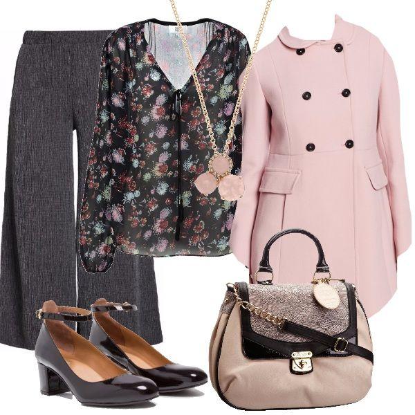 Look per chi si vuole sentire romantica anche in pantaloni: la tunica a fiori è indossata con i pantaloni modello palazzo, plissettati e a vita alta. Il cappottino rosa, doppiopetto, di Pennyblack è abbinato alla borsa, con la pattina in pizzo. Per finire, décolleté di vernice con il cinturino e una collana di quarzo rosa.