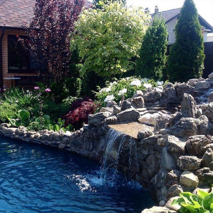 @sarahgarden1 ____________ Вода в саду  это всегда энергия жизненная сила. Она может быть активной бурной или спокойной и неторопливой но все равно силой. Недаром ведь на Востоке вода в саду занимает центральное место. А все потому что там силен фэн-шуй  учение о тайных силах земли. Так вот фэн-шуй говорит что такие водопадики а также фонтаны излучают яркую ян-энергию так же как и быстро плавающие рыбы. А вот медлительный журчащий ручей с порогами создает инь-атмосферу так же как и различные…