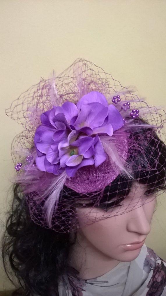 ¡Hola! En venta impresionante fascinator rosa orquídea magenta hecho a mano. Plumas magenta, magenta sinamay base-Ronda - 11cm. Red color rosa magenta. Floración de hydrengia artificial de centro de mesa. Entre plumas son granos rosa magentas en el cable morado. Con este fascinador puede salir en cada ocasión especial-la boda, formal o carreras. Se vienen en banda alice o peine en su choice.Comes en caja de regalo agradable. Si te gusta el diseño... Puedo hacer cualquier otro color de su…