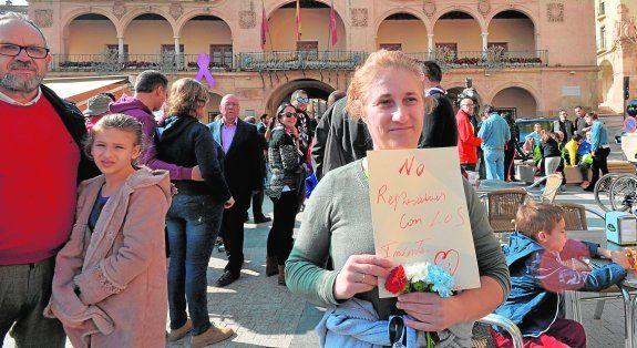 Concentración en Lorca para recordar a las víctimas con claveles con los colores de la bandera.  La Universidad de Murcia guardará hoy, a las 12, un minuto de silencio en solidaridad con las víctimas en la puerta de Convalecencia.