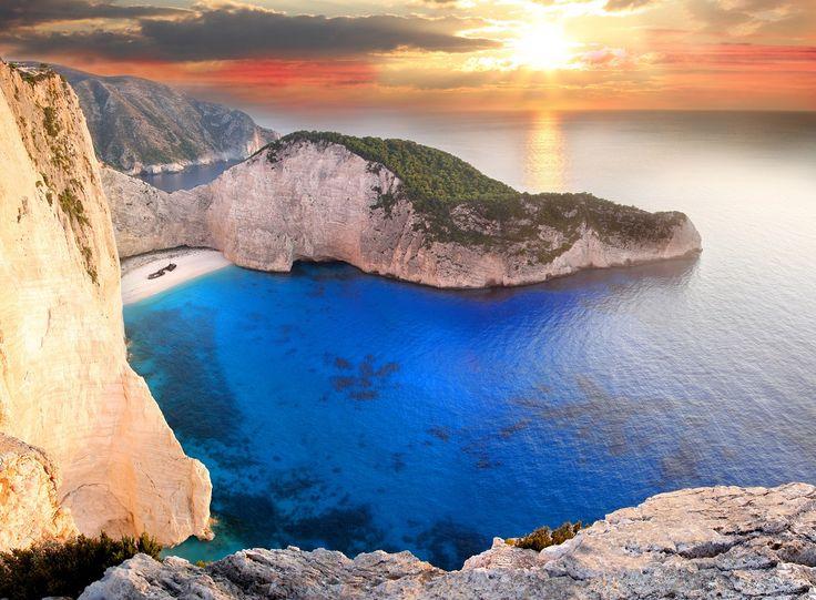 Navagio Beach with shipwreck in Zakynthos Greece© samott1 Οργανώστε τις διακοπές σας στη δύση του καλοκαιριού με διαμονή από 6€ το άτομο!